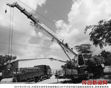 司机违章作业,吊机臂架对导线安全距离不足引起放电,造成高压线路跳闸图片