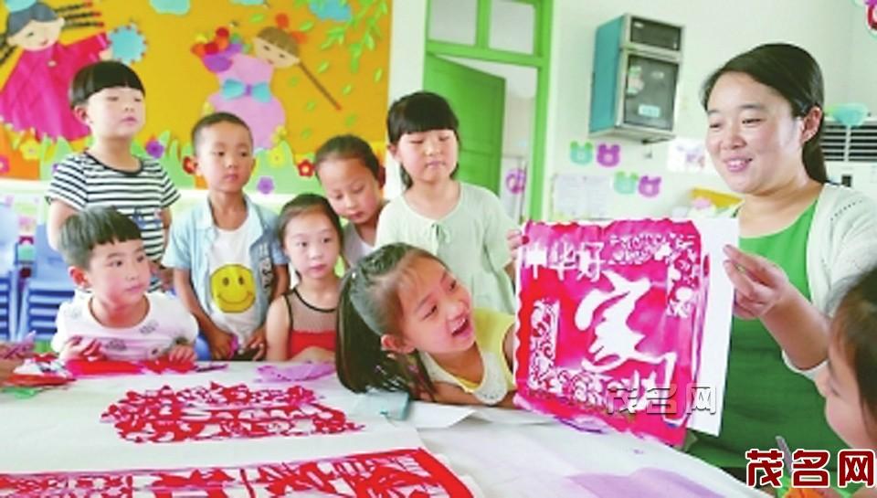 河南宝丰县汇佳幼儿园的小朋友和老师一起创作剪纸 作品《中华好家风